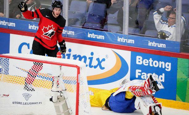 Mason Raymond yritti väistää, mutta ei onnistunut välttämään osumista Ruotsin maalivahti Magnus Hellbergiin.