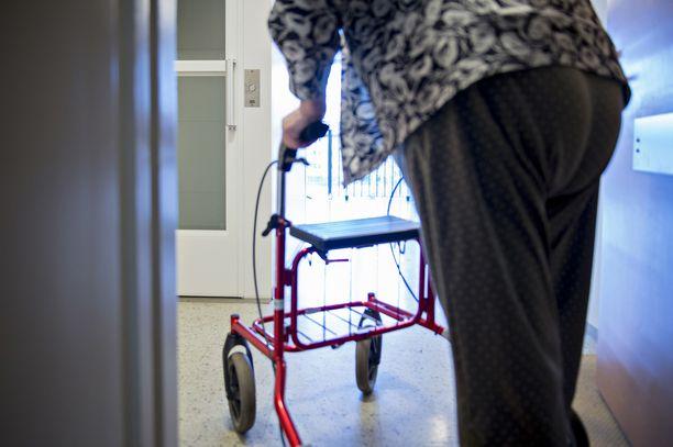 Kaikki yli 70-vuotiaat eivät tunne hyötyvänsä koronan vuoksi asetetuista rajoituksista, vaan pelkäävät niiden aiheuttavan vakavia terveyshaittoja ja lannistavaa yksinäisyyttä.