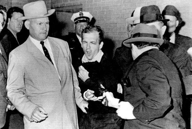 Jack Ruby ampui Lee Harvey Oswaldin Dallasin poliisiaseman pysäköintihallissa.