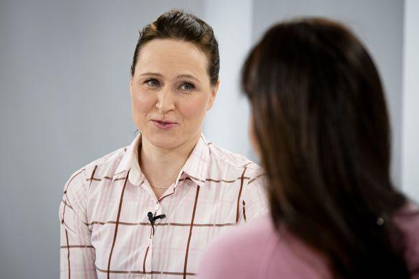 Aino-Kaisa Saarinen on pian kolmevuotiaan tyttären äiti.