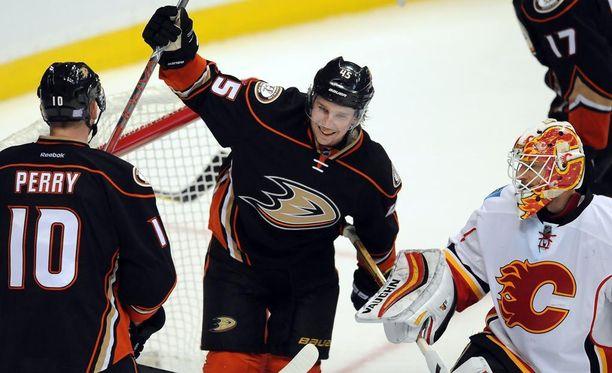 Sami Vatanen juhlii Ducksin maalia Flames-ottelussa.
