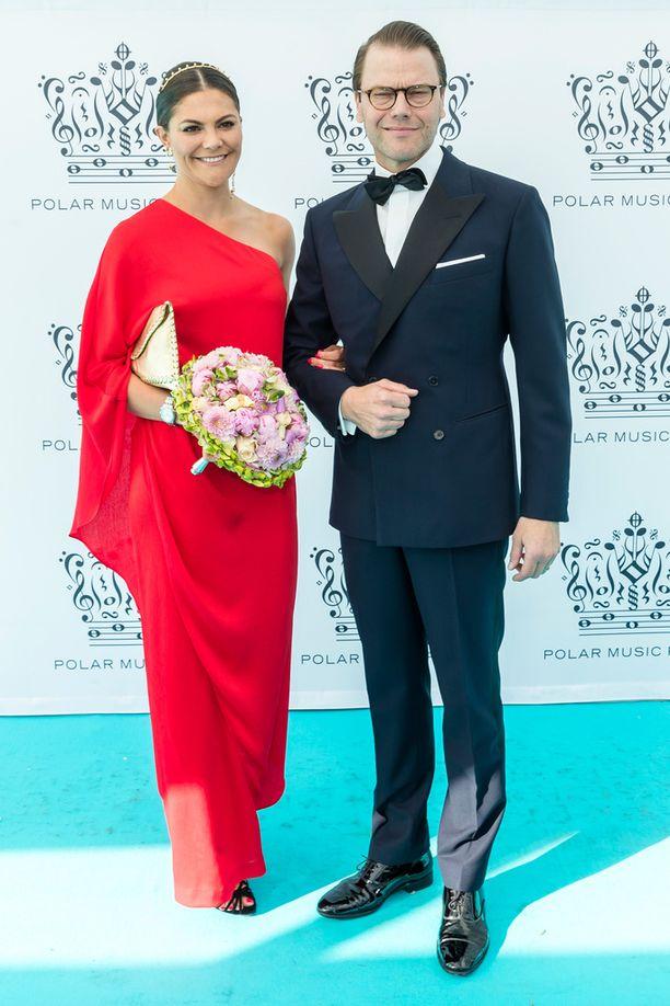Prinssi Danielin kanssa poseeraava kruununprinsessa Victoria sai paljon kehuja tulenpunaisesta iltapuvustaan.