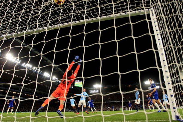 Brassivahti Ederson haroo tyhjää. N'Golo Kanté on vienyt Chelsean johtoon.