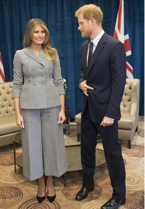 Melania Trump ja Prinssi harry tapasivat toisensa Sheraton-hotellissa Torontossa. Harry piti kättään koko ajan erikoisessa asennossa.