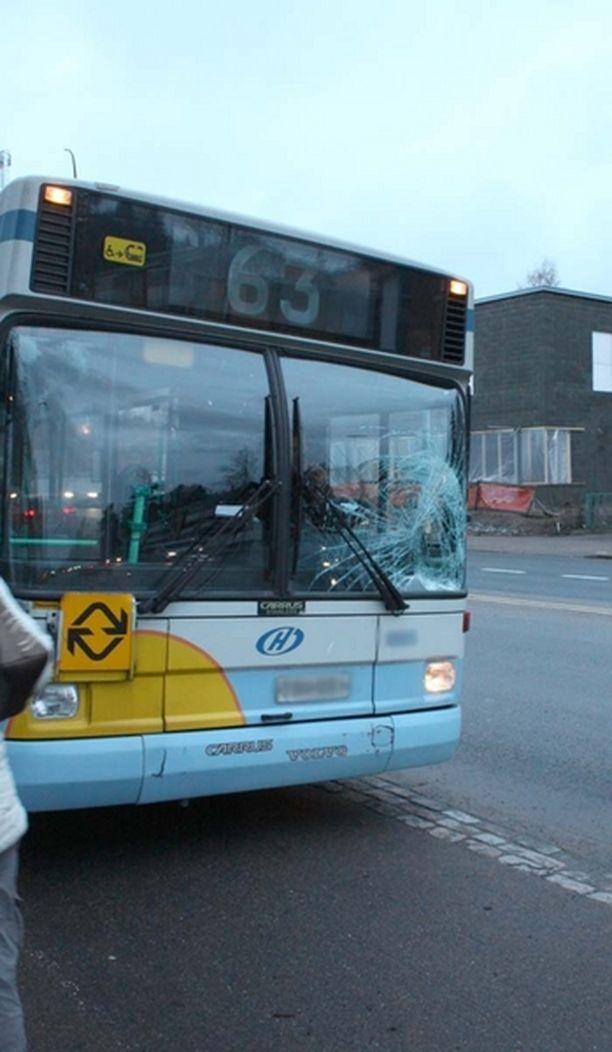 Bussin tuulilasi meni törmäyksen voimasta rikki.