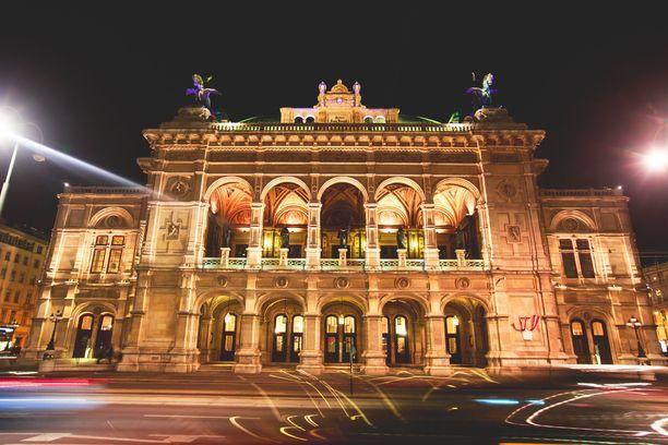 Wienin valtionoopperan balettiakatemia on skandaalin kourissa opetusmenetelmiensä vuoksi. Rakennus tuhoitui vuonna 1945 pommituksissa, mutta rakennettiin uudestaan.