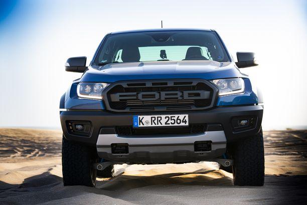 Yli kaksi metriä leveä Raptor kääntää päät. Keulan leveä Ford-teksti on Raptorin tunnusmerkki.