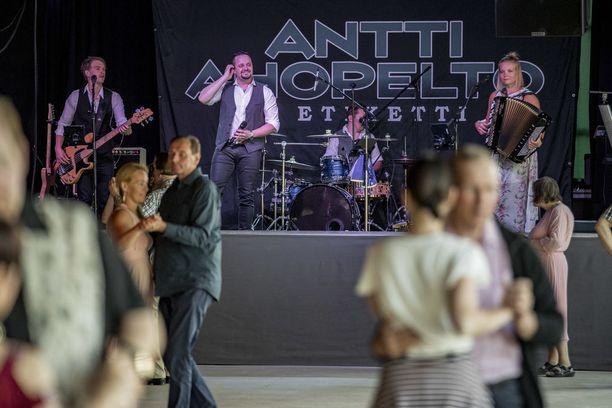 Antti Ahopelto yhtyeineen aloittaa puoli yhdeksältä. Ensimmäiset parit ovat heti lattialla.