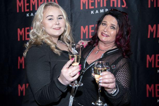 Meiju Suvas täytti tammikuussa 60 vuotta. Hän juhli ravintola Memphisin 10-vuotiskemuissa 19-vuotiaan Milena-tyttärensä kanssa.