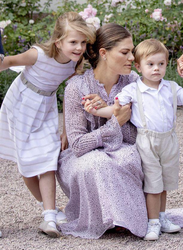 Kuningatar Silvian mukaan lapsenlapset ovat parasta elämässä. Kuvassa lapsenlapsista kaksi, Estelle ja Oscar äitinsä Victorian kanssa.