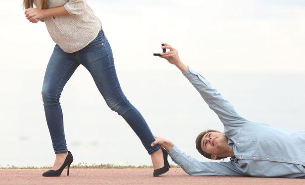 Erosi käsittely on jäänyt vajaaksi, jos eron jälkeen olet niin tarvitseva, että annat uudelle kumppaniehdokkaalle anteeksi suuriakin puutteita, kunhan vain saisit edes vähän tuntea itsesi ihailluksi.