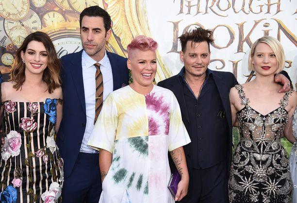 Elokuvan tähdet Anne Hathaway, Sacha Baron Cohen, Johnny Depp ja Mia Wasikowska, joka esittää Liisaa. Edessä laulaja Pink, joka teki elokuvaan kappaleen Just Like Fire.