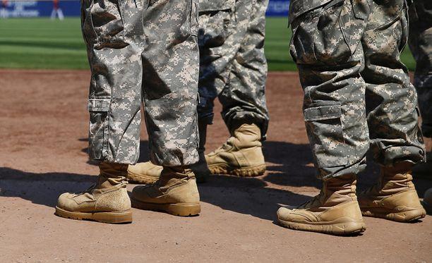 Noin 180 000 miestä ja naista ilmoittautuu vuosittain vapaaehtoiseksi aktiiviseen palvelukseen Yhdysvalloissa.