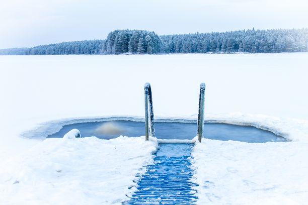 Talviuinti on rauhallinen, mutta vähin varustein onnistuva harrastus.