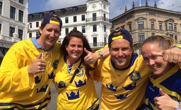 Arbogasta kotoisin olevat Joakim Boman, Charlotte Norman, Robert Bernardsson ja Karin Haglind kannustavat Kööpenhaminassa Tre Kronoria.