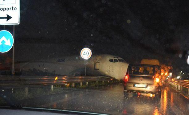 DHL:n rahtikone rysähti kenttää ympäröivälle kehätielle.