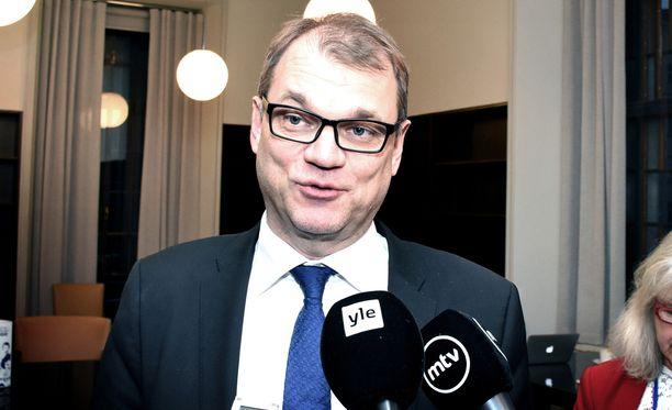 Keskustan puheenjohtaja Juha Sipilä toivotti Paavo Väyrysen edelleen tervetulleeksi puheenjohtajakisaan.