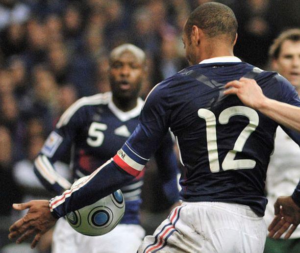 Thierry Henry joutui kovan ryöpytyksen kohteeksi tämän tilanteen seurauksena.