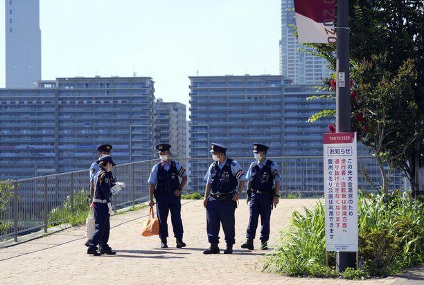 Viranomaiset Tokion kisakylän edustalla.