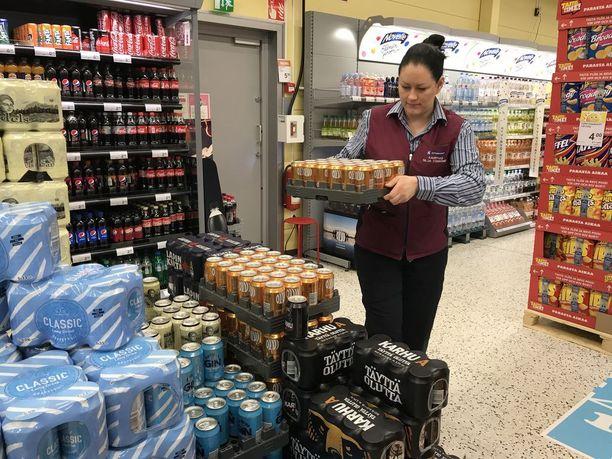 Kauppias Silja Törrönen asetteli viime perjantaina nelosoluita Lohjan Lempolan K-supermarketissa.