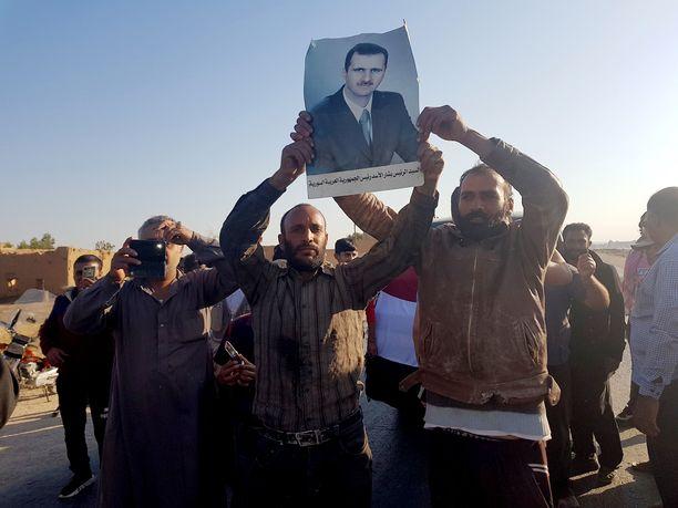 Tal Tamrn kylässä asukkaat ottivat riemuiten vastaan Syyrian presidentin joukot.