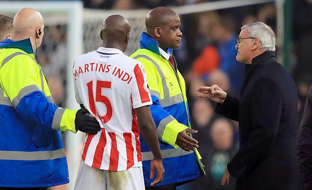 Claudio Ranieri (oik.) yritti päästä erotuomari Craig Pawsonin juttusille.