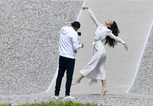 Ohikulkija nappasi kuvan Leonardo DiCaprion ja Camila Morronen kuvaushetkestä.