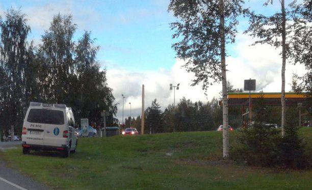 Huoltoasema tyhjennettiin asiakkaista turvallisuussyiden vuoksi lauantai-iltapäivällä.
