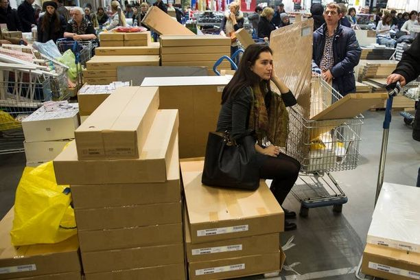 Venäläiset kiirehtivät keskiviikkona hamstraamaan tuontitavaroita, ennen kuin niiden hinnat nousevat. Kuva moskovalaisesta Ikeasta.