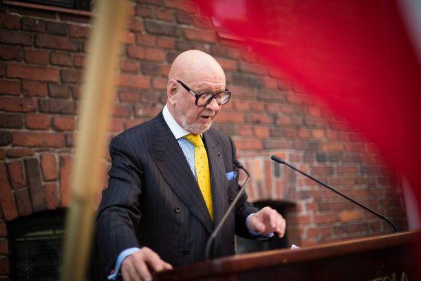 Konkaridiplomaatti, ministeri Jaakko Iloniemi arvioi Venäjän motiivin voivan olla testata Suomen pinnan kestävyyttä. Kuvassa Iloniemi puhuu Kannunvalajat ry:n tilaisuudessa.