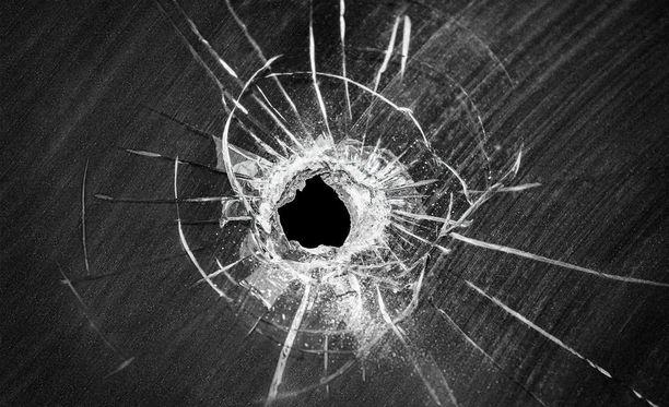 Kuka ampui päähän osuneen luodin läpi ikkunan? Rikos on pimeänä edelleen.