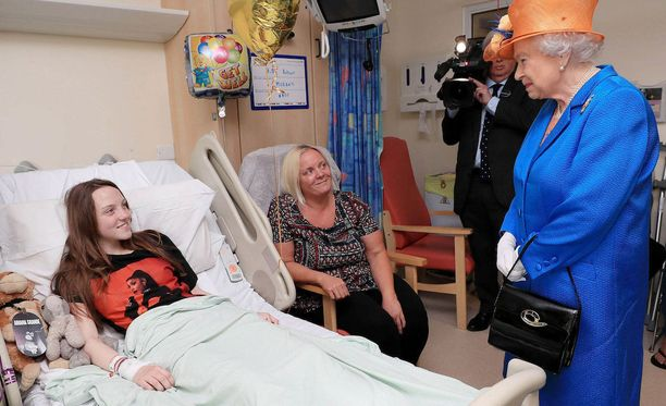 Lapset ilahtuivat silminnähden kuningattaren vierailusta. Kuvassa 15-vuotias Millie Robson äitinsä kanssa.