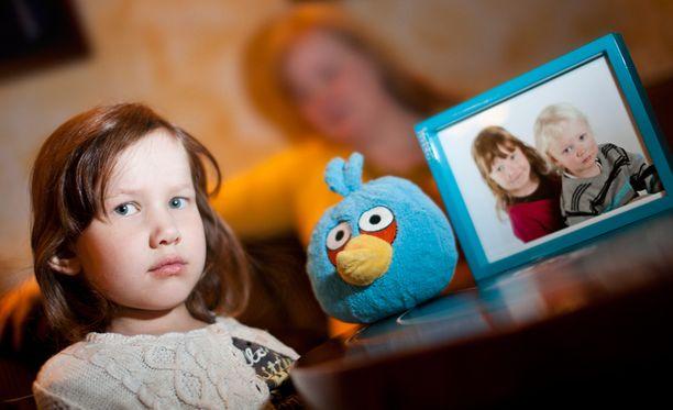 Ella, 6, sanoo Peetun hengen kulkevan hänen perässään joka paikkaan, ja myös valokuva Peetusta ja Ellasta on aina pikkutytön matkassa. Kuvan Angry birds oli Peetun unilelu.