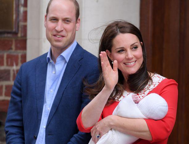 Ylpeät vanhemmat esittelivät pienokaistaan onnellisina.