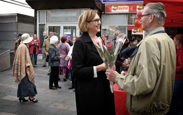 Jyväskyläläiset jonottivat kahvia, kun Tuula Haatainen piti ensimmäisen vaalitilaisuutensa SDP:n presidenttiehdokkaana.