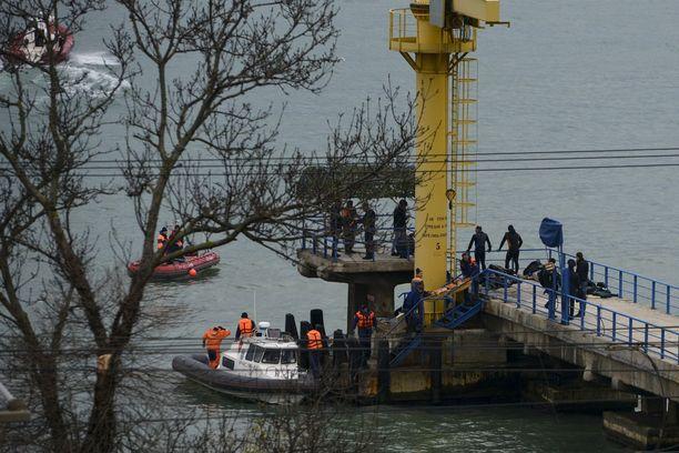 Pelastustyöntekijät etsivät ruumiita Sochissa.