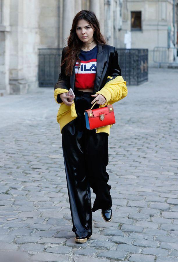 Muotibloggaaja Doina Ciobanu vieraili Pariisin muotiviikoilla sporttista ja klassista yhdistelevässä asussa.
