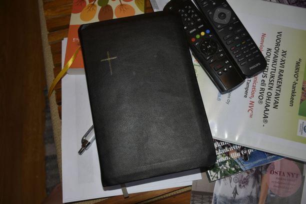 Raamattu olohuoneen pöydällä.