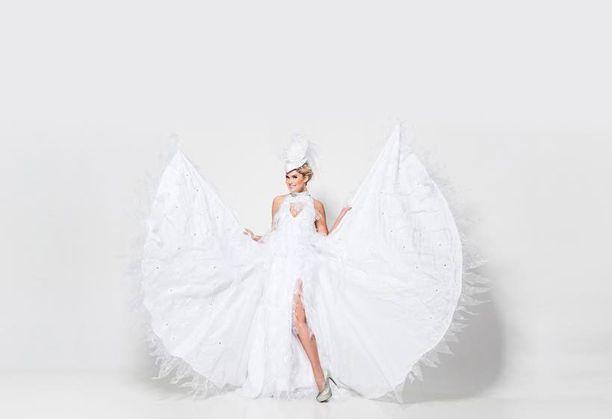 Joutsen-aiheiseen pukuun kuuluvat näyttävät siivet.