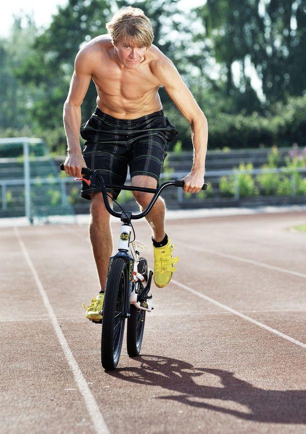 Markus Niemelä harjoittelee kesällä BMX-pyöräilyn temppuja etupäässä kotikaupungissaan Raumalla.