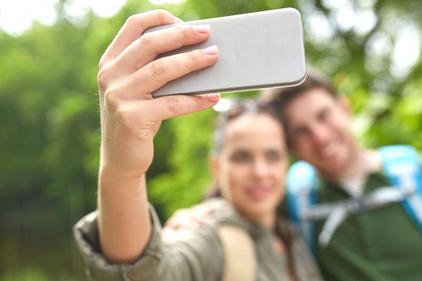 Monet jakavat valokuvia lomamatkoiltaan sosiaalisessa mediassa.