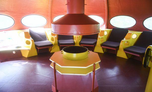 Futuro on design-klassikko. Kaupallisena tuotteena se ei koskaan lyönyt läpi. Kuvassa keskellä takka-grilli-pöytäyhdistelmä.