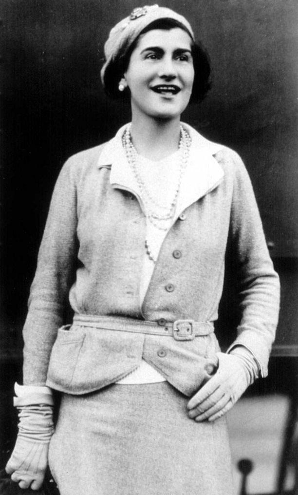 Pitkät helminauhat kuuluivat olennaisesti Chanelin tyyliin.