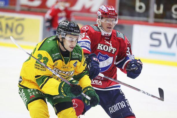 Lennart Petrell (oik.) kamppaili kiekosta Ilveksen Juho Liuksialan kanssa.