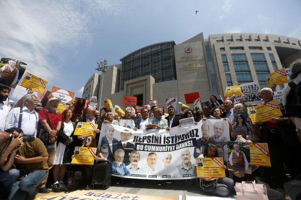 Turkissa on pidätetty lukuisia toisinajattelijoita, viranomaisia, sotilaita, toimittajia, opettajia ja kansalaisaktivisteja vuoden 2016 vallankaappausyrityksen jälkeen. Kuva heinäkuulta 2017 mielenosoituksesta Istanbulista, jossa vaadittiin vangittujen toimittajien vapauttamista.