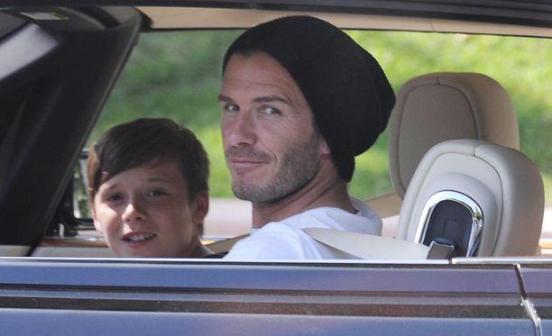 Kruisailu näyttää olevan isän ja pojan yhteinen harrastus. Tässä viime kuussa otetussa kuvassa Davidilla ja Brooklynilla on allaan Bentley.
