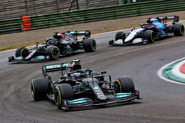 Bottas, Hamilton ja Russell. Mutta vain kahdelle on kuskipaikka Mercedeksellä.