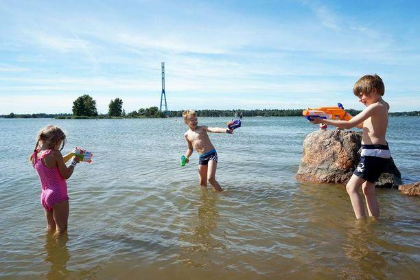 Ensi viikko kisaa kesän kuumimman viikon tittelistä, sillä Suomeen virtaa idästä kuumaa ja kosteaa ilmaa. Helteen keskellä voi viilentäytyä esimerkiksi uimalla.