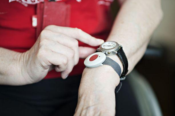 Hätäranneke voi auttaa vanhusta myös silloin, kun hän joutuu rikoksen kohteeksi.