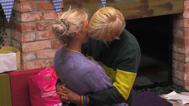 Anu ja Helmeri päätyivät suutelemaan viikko sitten.